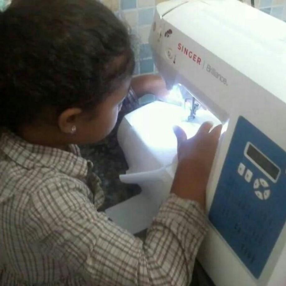 Isabel, a mais nova costureirinha do pedaço!