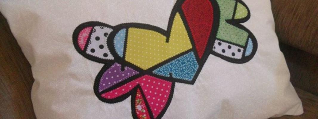 6ª Confraria da Costura: Almofada com zíper fácil e releitura Romero Britto em patchapliquê – por Cris Miyke