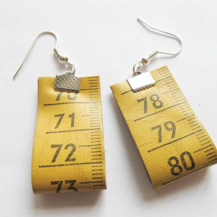 Brinco de costureira feito de fita métrica