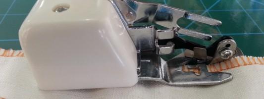 Calcador com corte lateral tipo overlock