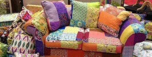 Sofá de patchwork no ateliê