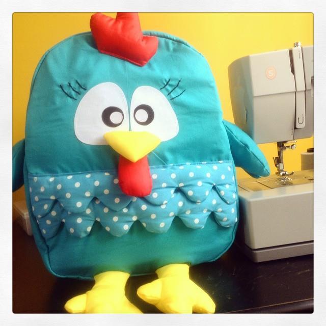 Carolina Puel - mochila galinha pintadinha